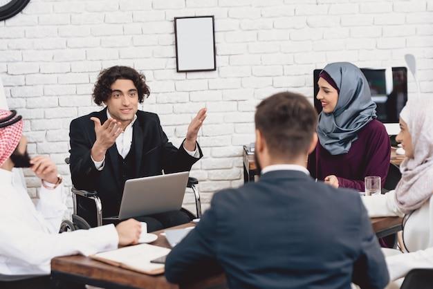 オフィスでのビジネストレーニングは職場での障害者の男性。