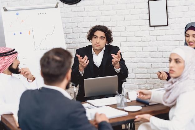 オフィスでのビジネストレーニング障害者のスピーチ。