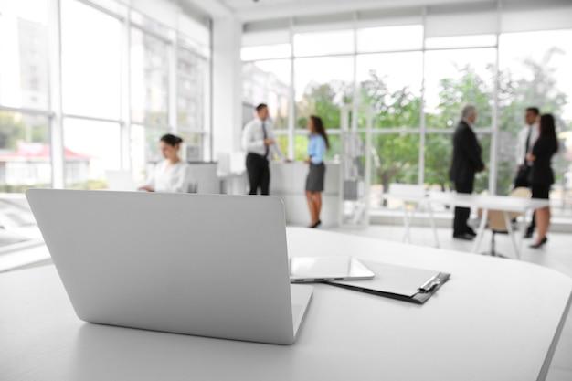 ビジネス トレーニングのコンセプト。ホワイト オフィス テーブルの上のラップトップ