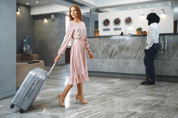 Концепция деловой поездки. черный мужчина и кавказская женщина, коллеги бизнесменов, регистрируются в отеле