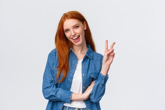 Бизнес, университет и люди концепции. привлекательная веселая рыжая женщина в джинсовой рубашке