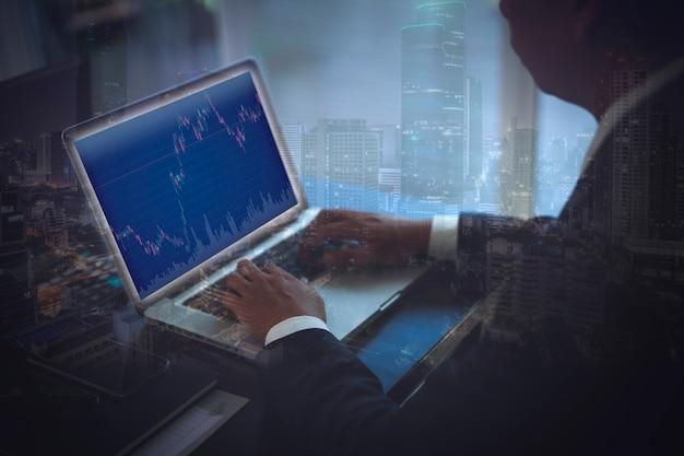 Бизнес, использующий компьютерный ноутбук для успешной инвестиционной сделки с графиком роста доходов над