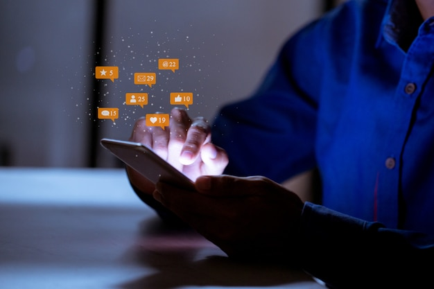 スマートフォン、ソーシャルメディアソーシャルネットワーキング技術革新コンセプトを使用してビジネス。