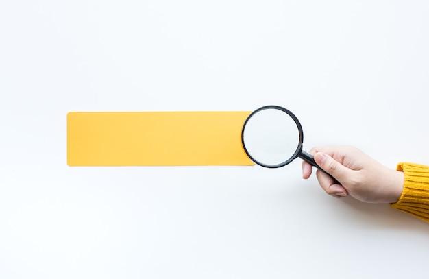 사람의 손과 돋보기 비즈니스 비전 및 분석 개념.