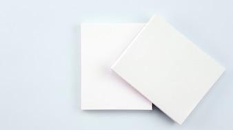 白い背景の上のビジネスホワイトペーパーカード