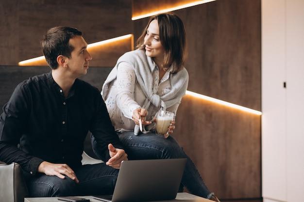 Бизнес женщина и бизнес мужчина коллег, работающих на ноутбуке