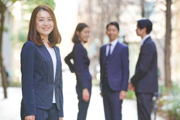 ビジネスの女性と同僚