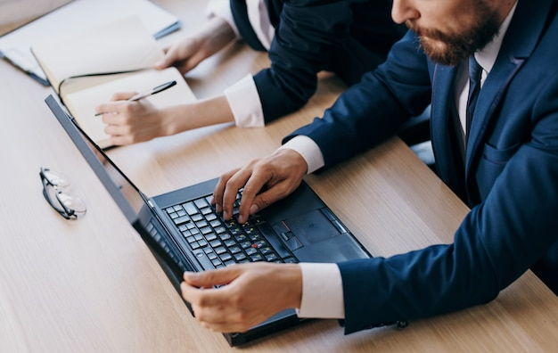 Деловая женщина и мужчина ноутбук работают коллеги по работе офис-менеджера. фото высокого качества