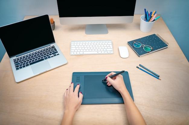 창조적 인 스튜디오 그래픽 디자인에서 아침에 비즈니스 우먼 화면을 조롱