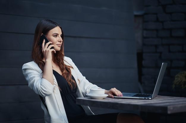 Деловая женщина на работе с ноутбуком в кафе