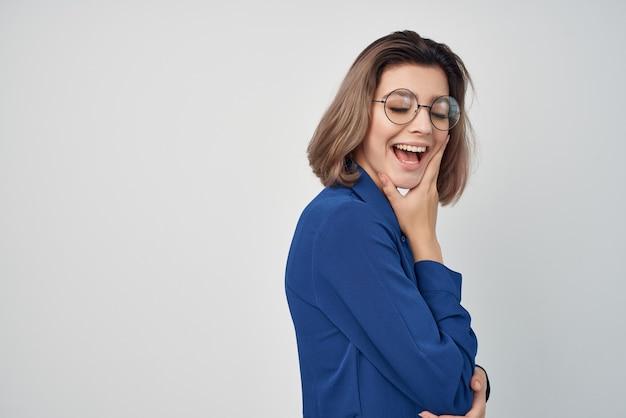 Деловая женщина синяя рубашка профессиональный менеджер офис финансы
