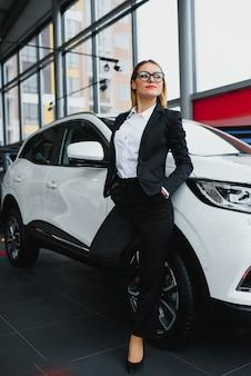 Деловая женщина покупает машину в автосалоне