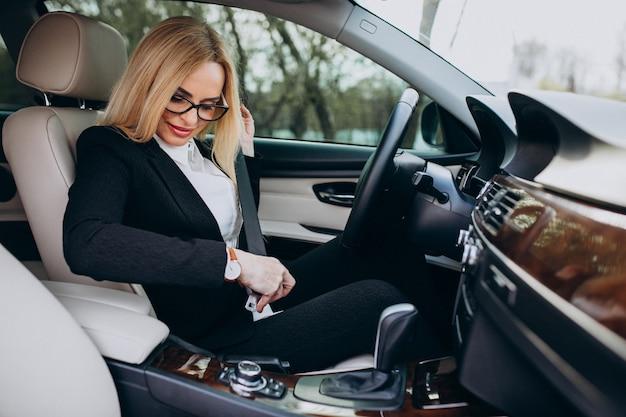 Donna d'affari in auto in viaggio d'affari