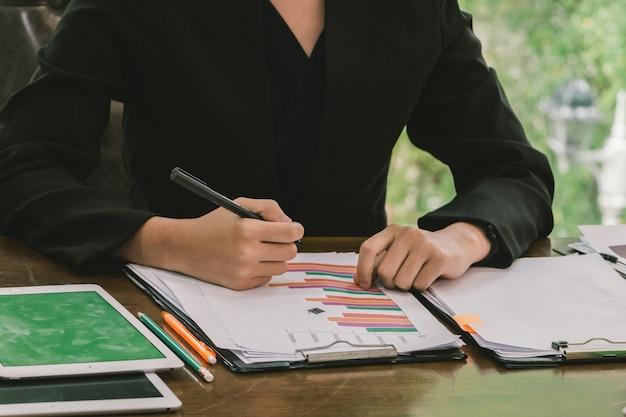 Деловая женщина проверяет документы оборота на своем столе