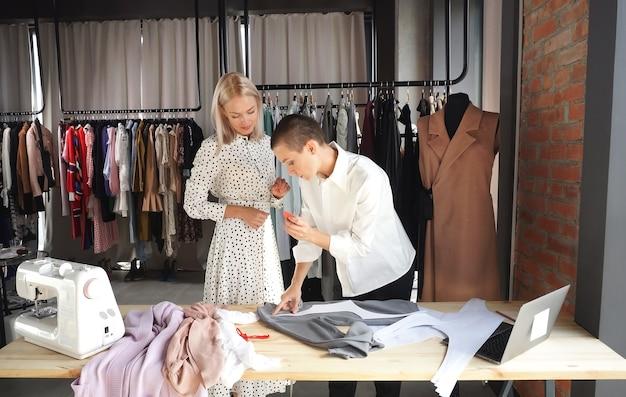 クライアントと話し、新しいドレスを一緒に議論するビジネス女性デザイナー