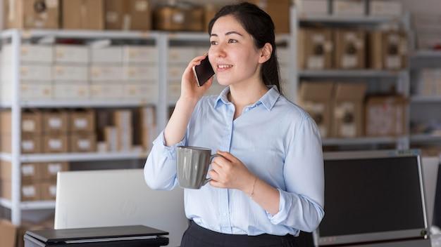電話で話し合うビジネスウーマン