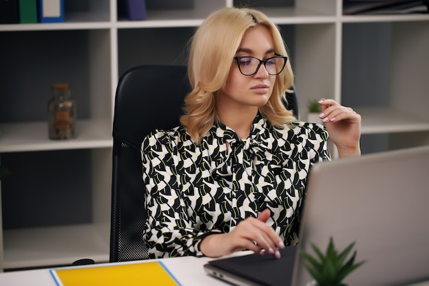 그녀의 사무실에서 컴퓨터에서 작업하는 동안 꿈을 꾸고 비즈니스 여자.