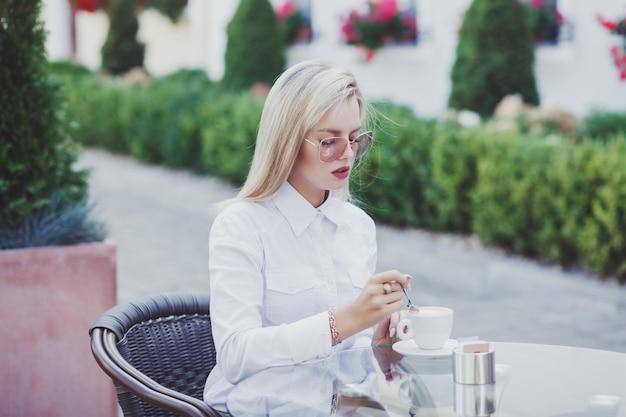 Бизнес женщина пьет кофе