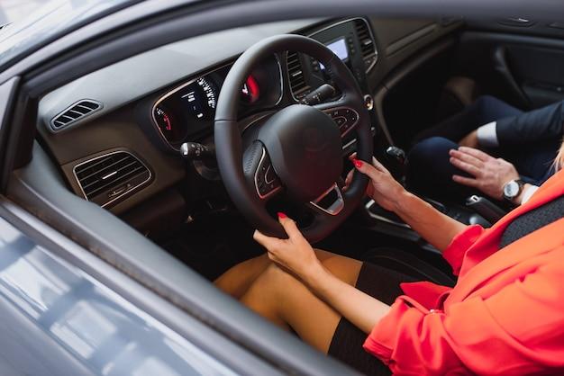 ビジネスの女性が彼女の新しいスポーツカーを運転