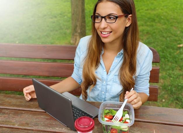 都市公園生活hで昼休みにサラダを食べる女性実業家