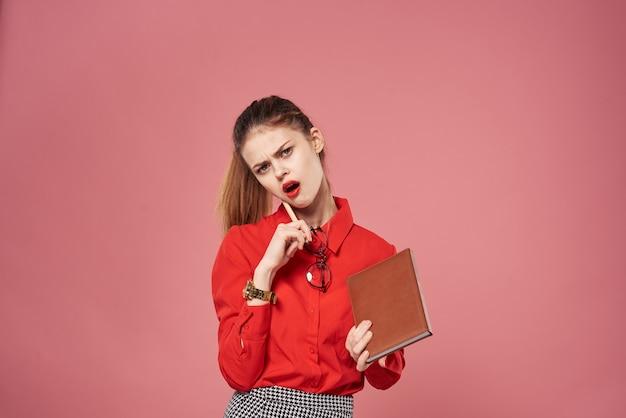 ビジネスウーマンエレガントなスタイルのフォーマルスーツ赤いシャツピンクの背景