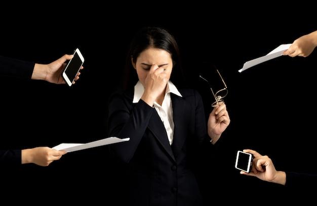 Деловая женщина чувствует себя усталым, обеспокоенным, расстроенным, расстроенным из-за проблемы на работе