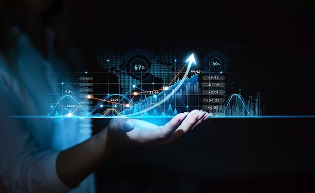 Палец бизнес-леди рисует диаграмму со стрелкой роста глобальное развитие бизнес-индустрии