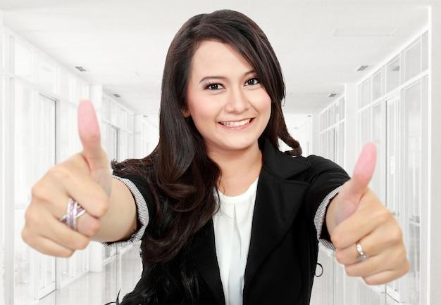 Деловая женщина дает большие пальцы