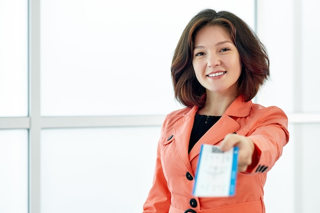 Деловая женщина дает билеты в ожидании вылета в аэропорту.