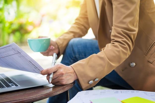 비즈니스 여자 손 정원에서 테이블에 노트북을 사용 하여 작업.