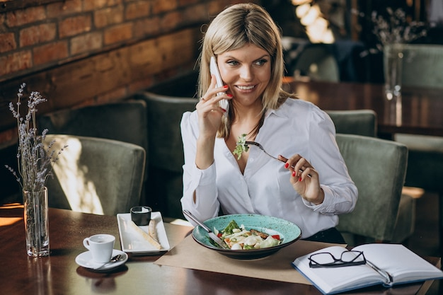 Business woman having lunch in a cafe
