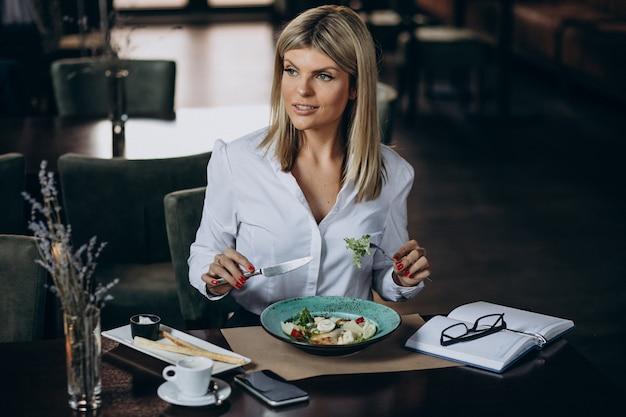 Деловая женщина обедает в кафе