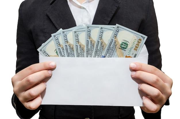 ドル紙幣と白い封筒を保持しているビジネス女性