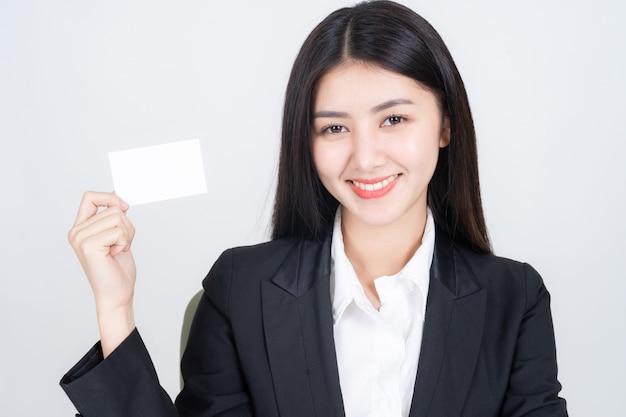 Деловая женщина держит и показывает пустую визитную карточку или имя карты