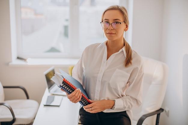 Деловая женщина, держащая файлы в офисе