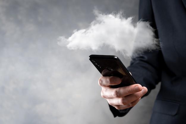 Деловая женщина, держащая в руке сеть облачных вычислений значка и информацию о подключении значка. концепция облачных вычислений и технологий.