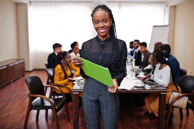 会議でラップトップを保持しているビジネス女性