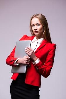 Деловая женщина, держащая ноутбук. изолированный портрет