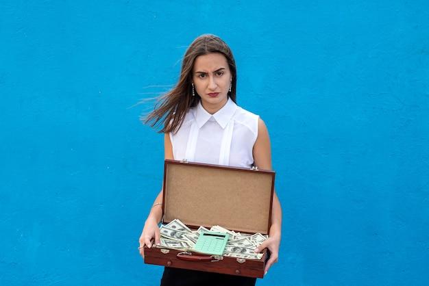 木製のスーツケースを持っているビジネス女性の全額請求書