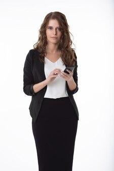 ブラウスとスカートと彼女の手に携帯電話を持つ女性実業家