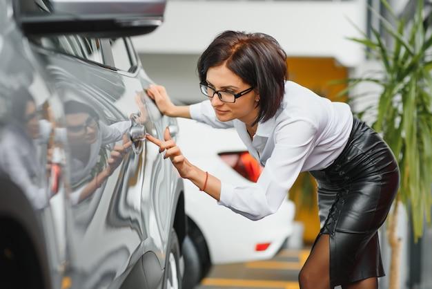 자동차 대리점에서 비즈니스 여자입니다. 성공적인 여자의 개념