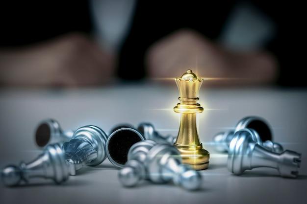 スーツを着たビジネスウーマンはチェスをします。ポーンチェスボードゲームの女性の手のクローズアップ