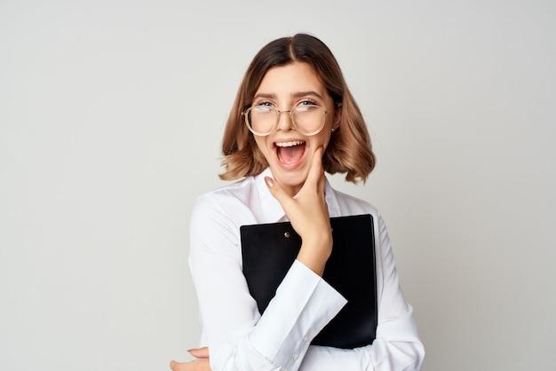 그녀의 손에 문서 감정 작업에 폴더와 흰 셔츠에 비즈니스 우먼. 고품질 사진