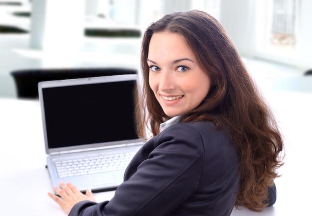 笑顔のオフィスでビジネスウーマン