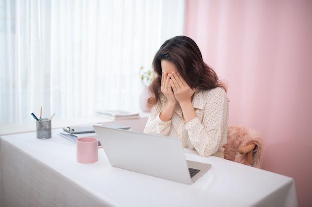 기분이 좋지 않은 비즈니스 우먼이 실패하고 노트북으로 작업하는 동안 문제가 있습니다.