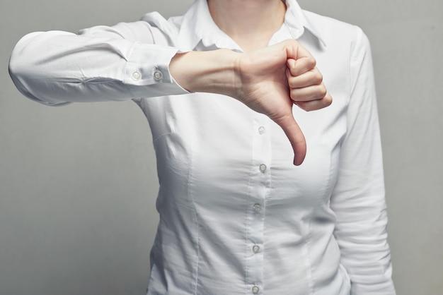 Деловая женщина в блузке showgesture большой палец вниз