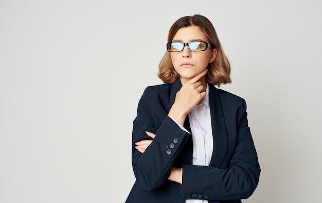 ライトの上の古典的なスーツのビジネス女性