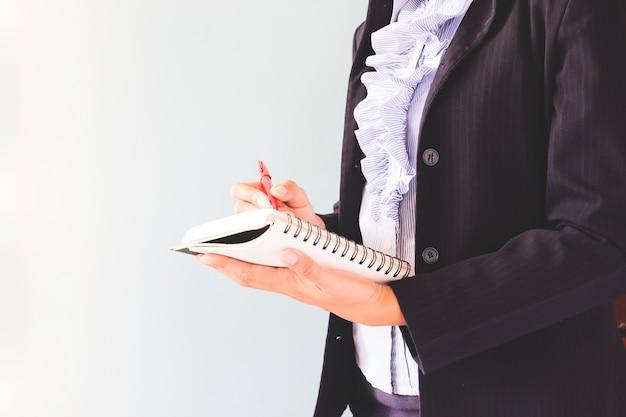 Деловая женщина в темном костюме, писать на ее ноутбук, бизнес-концепция с копией пространства