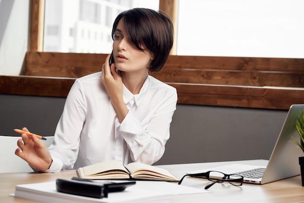 Деловая женщина перед ноутбуком, профессиональная работа, технология коммуникации