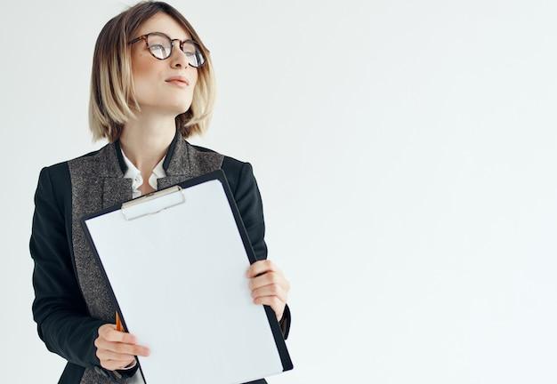 コピースペースの公式を宣伝する論文のための眼鏡フォルダーのビジネスウーマン